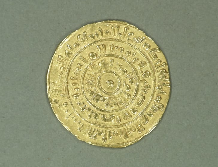 Gold coin of al-Mustans ̇ir Billaˉh (1036–1094 CE), struck in Cairo.