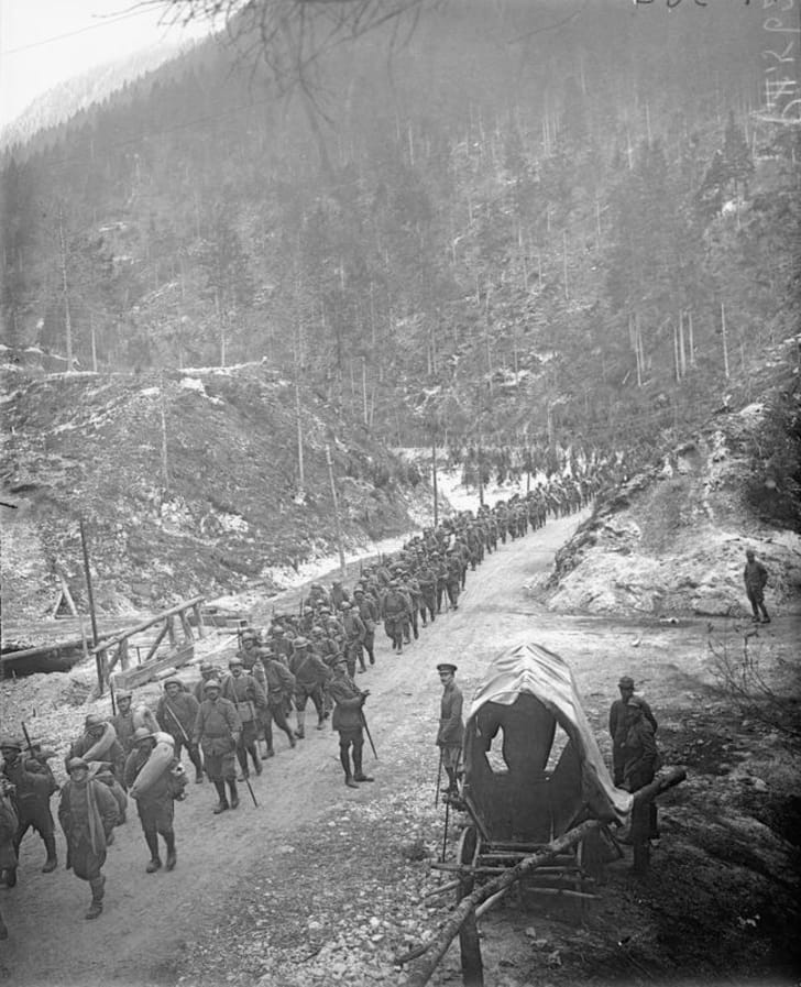 Italian soldiers marching at the end of World War I