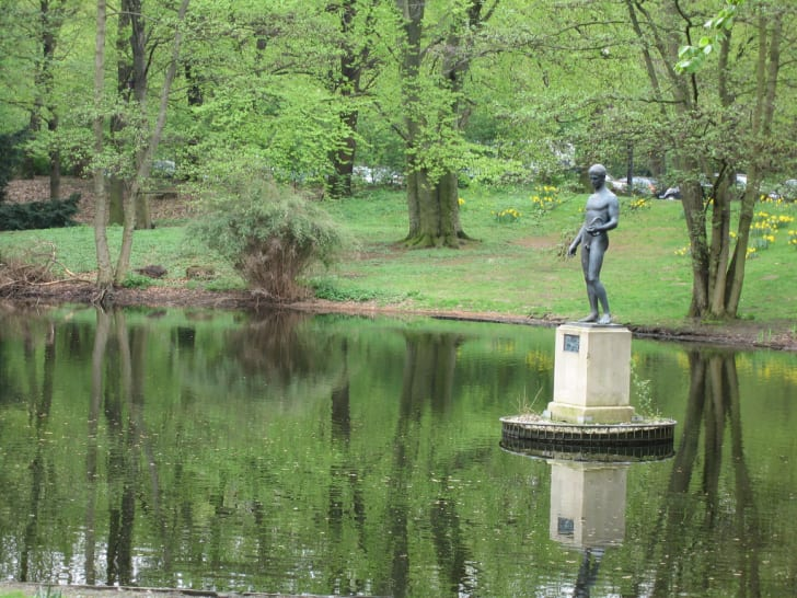 A statue on a lake in the Berlin Tiergarten