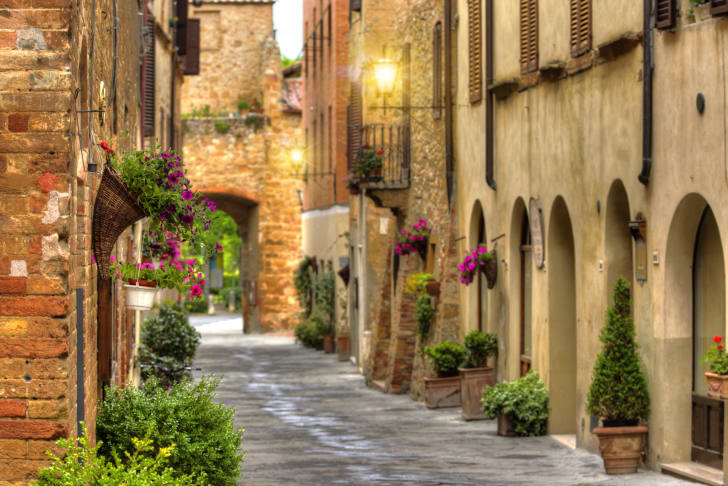 image of a street in Tuscany, Italy