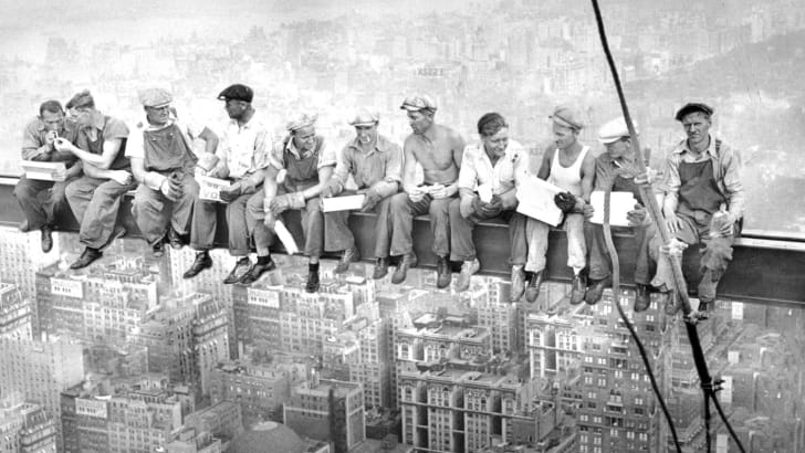 11 men eating lunch on a beam over Midtown