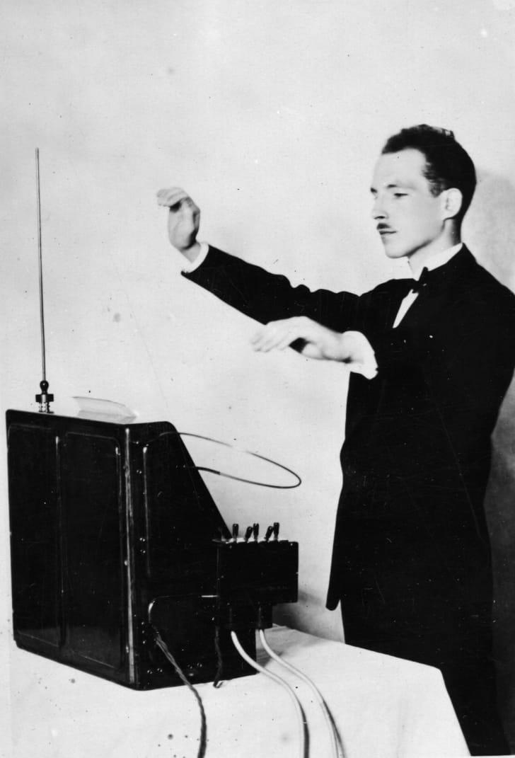 A black-and-white photo of Leon Theremin demonstrating his theremin in 1927