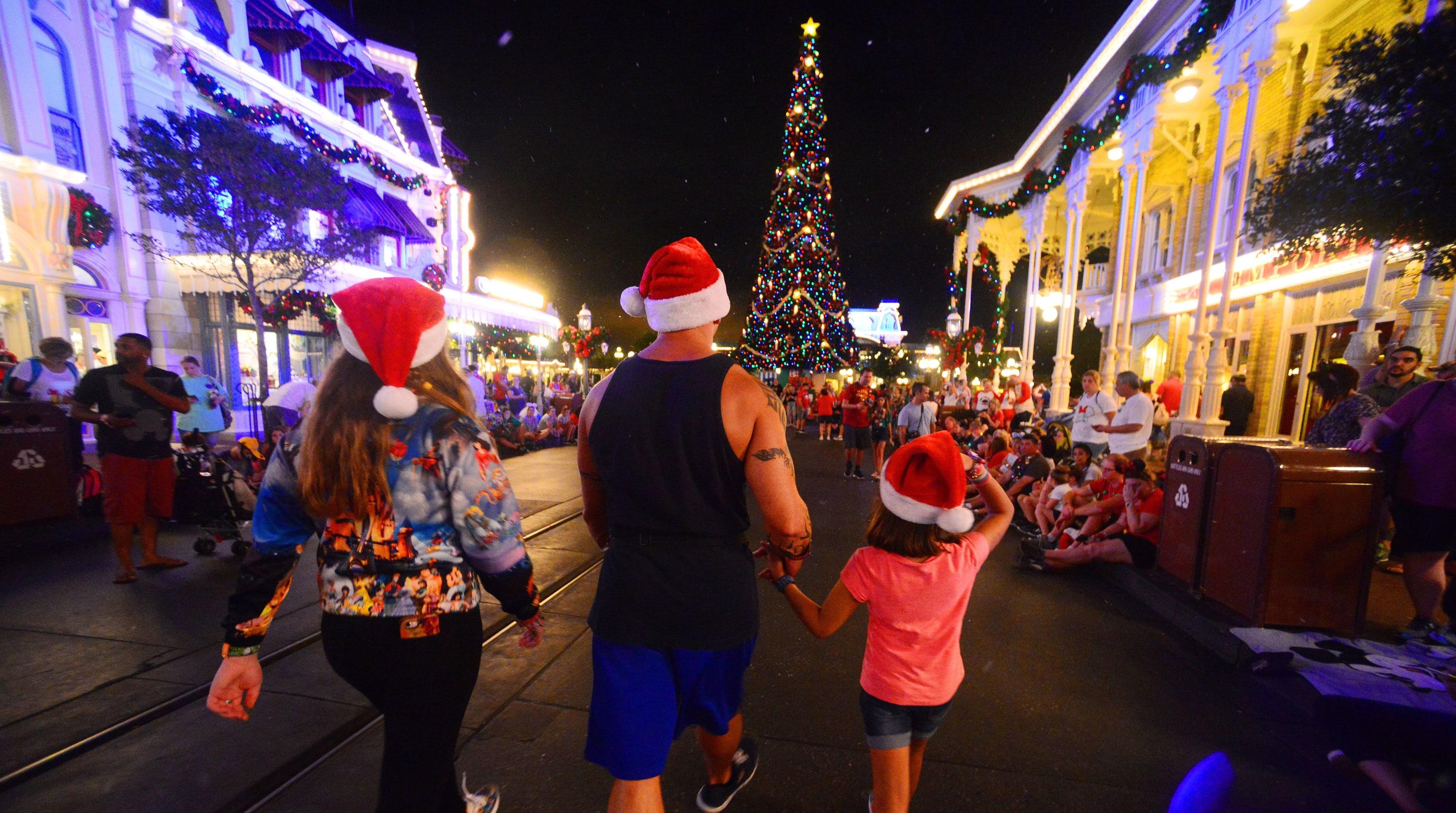 Christmas Arrives At Walt Disney S Magic Kingdom