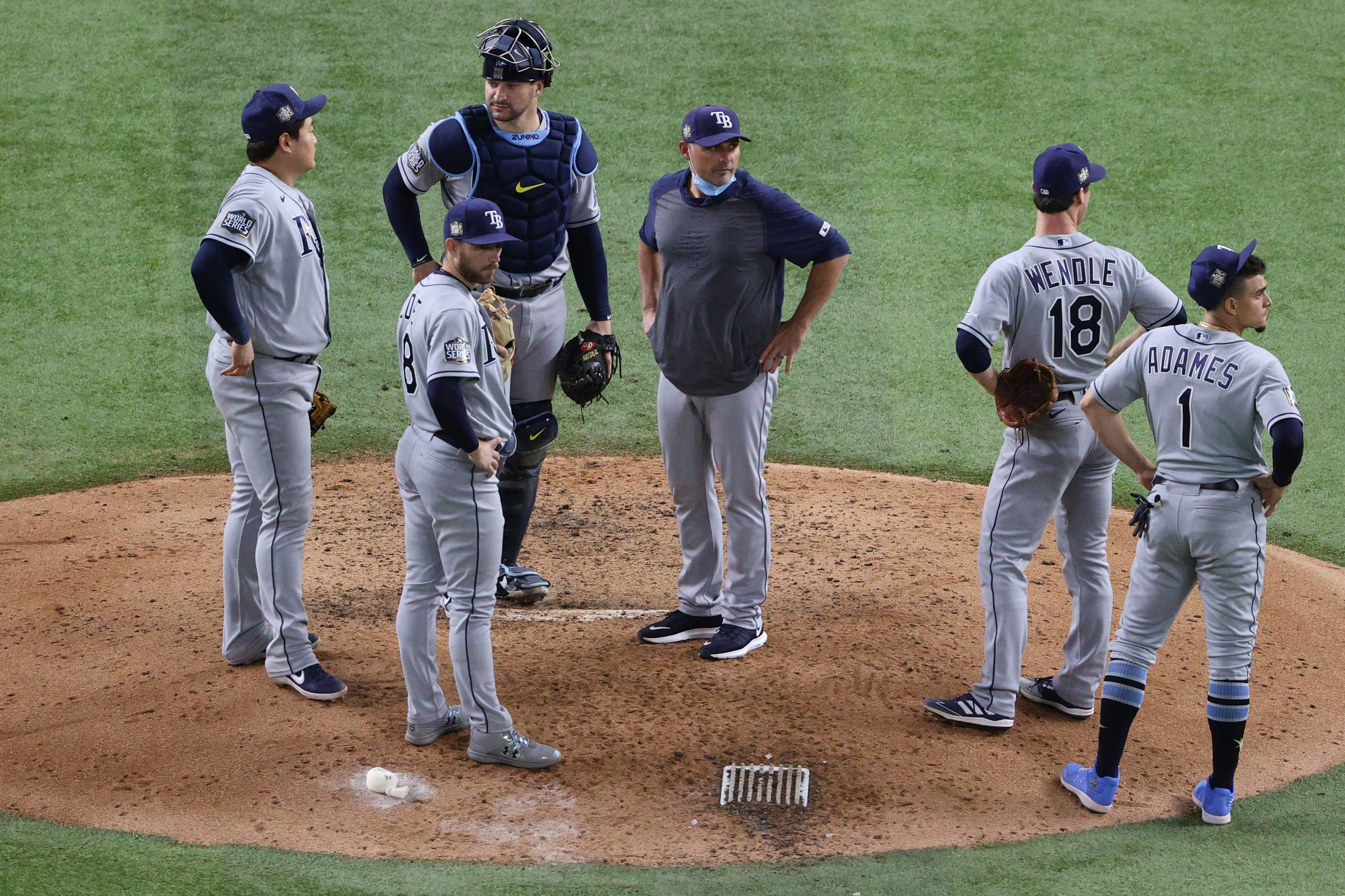 Kevin Cash and the Rays infield stand on the mound and wait for the new pitcher.