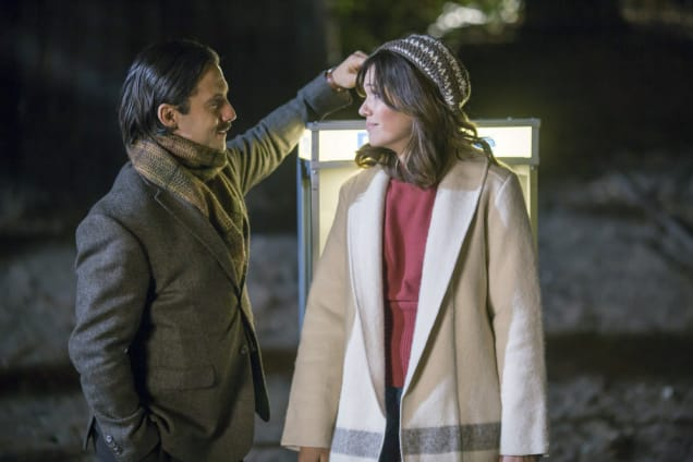 """THIS IS US -- """"Pilgrim Rick"""" Episode 108 -- Pictured: (l-r) Milo Ventimiglia as Jack, Mandy Moore as Rebecca -- (Photo by: Ron Batzdorff/NBC). Acquired from NBCUniversal Media Village."""