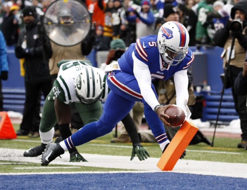 Jan 3, 2016; Orchard Park, NY, USA; Buffalo Bills quarterback Tyrod Taylor (5) runs for a touchdown with New York Jets inside linebacker Demario Davis (56) in pursuit during the first half at Ralph Wilson Stadium. Mandatory Credit: Kevin Hoffman-USA TODAY Sports