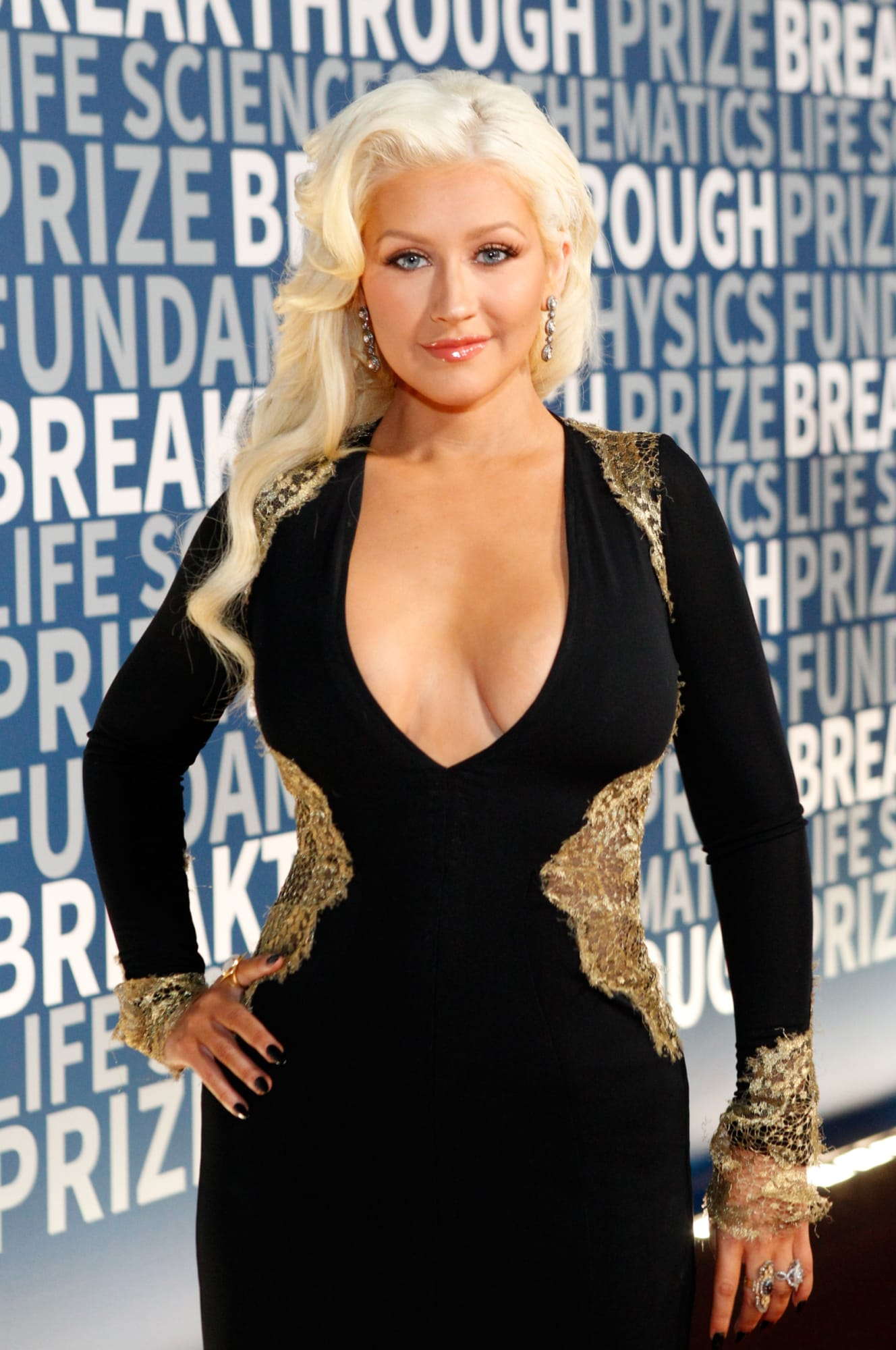 Christina Aguilera sparks complaints in revealing shirt-lift