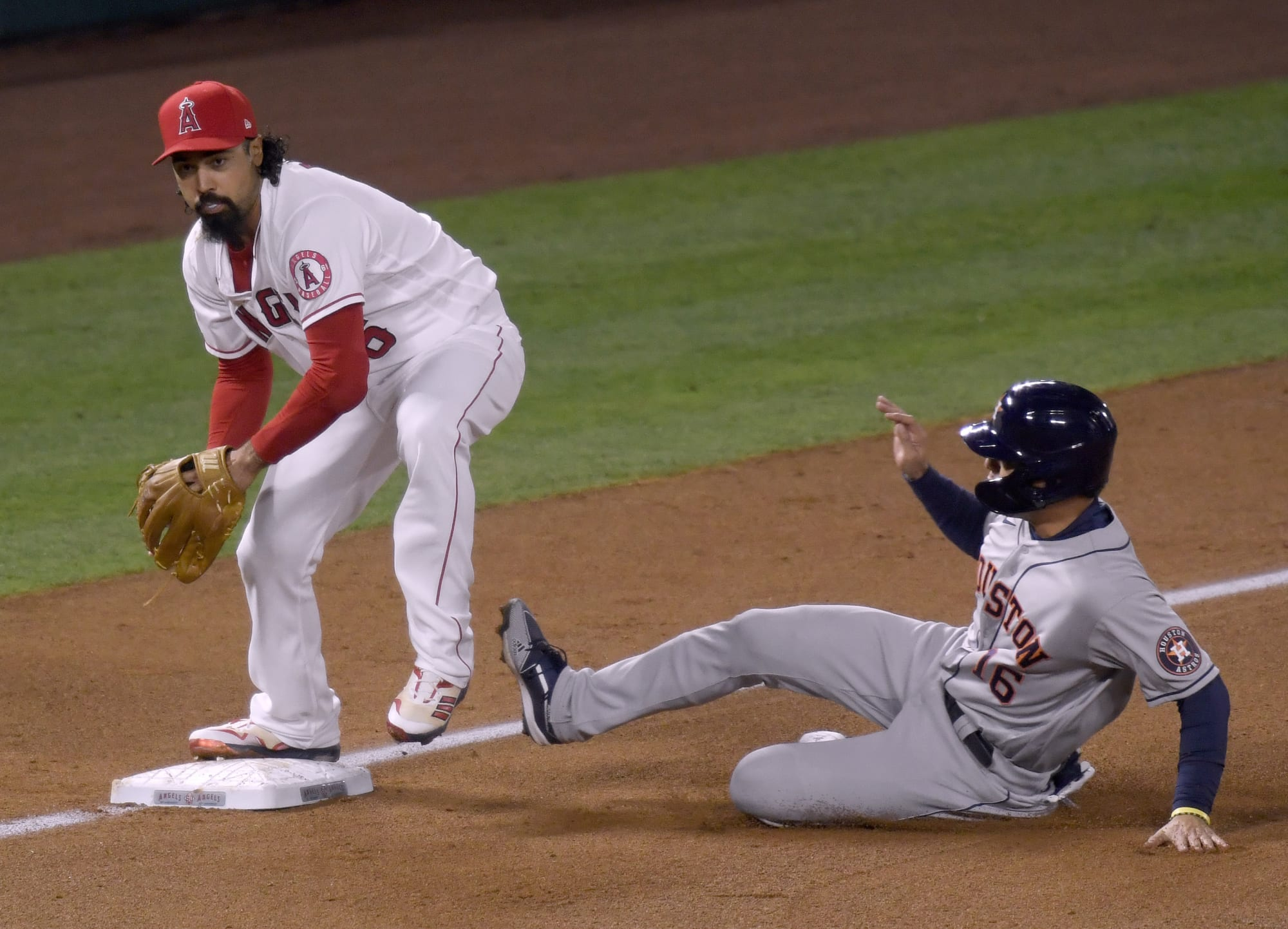 Astros' Aledmys Diaz does a full split with acrobatic stretch on basepaths (Video)