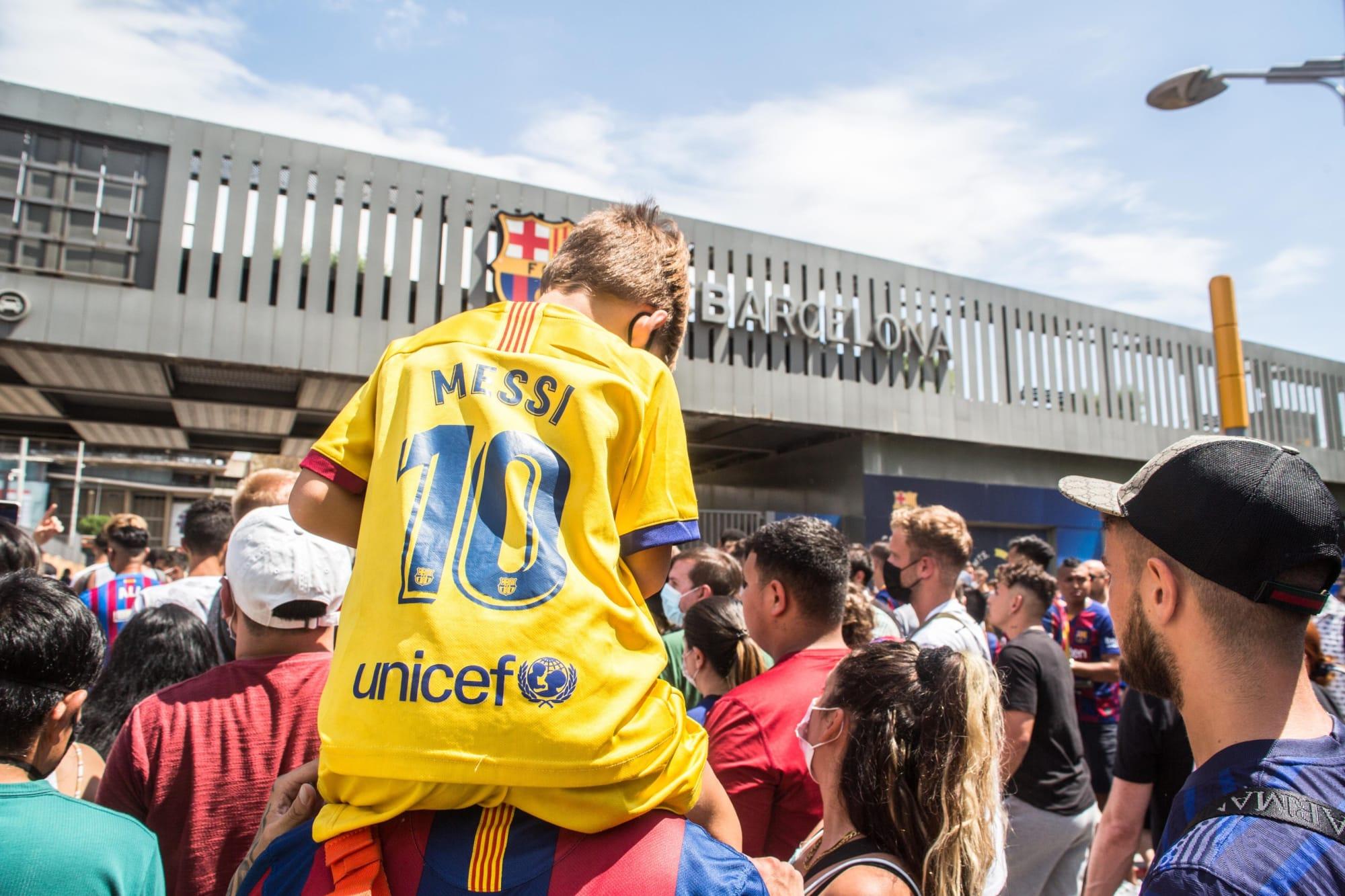 Lionel Messi no se olvida de su afición tras emotivo adiós al FC Barcelona (Vídeo)