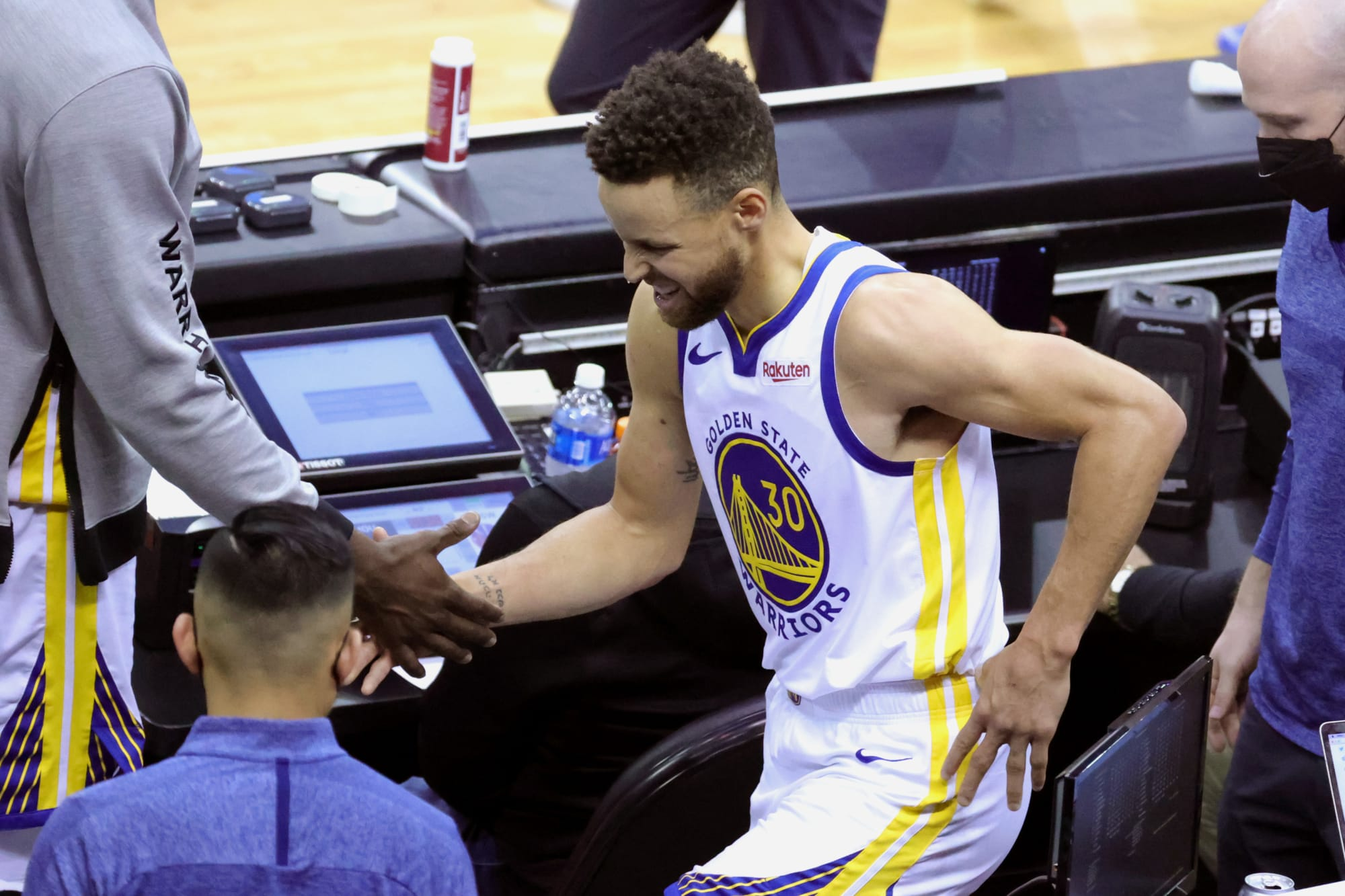 Warriors: Steph Curry showed up to Saturday night's game with a cane (Video) - FanSided