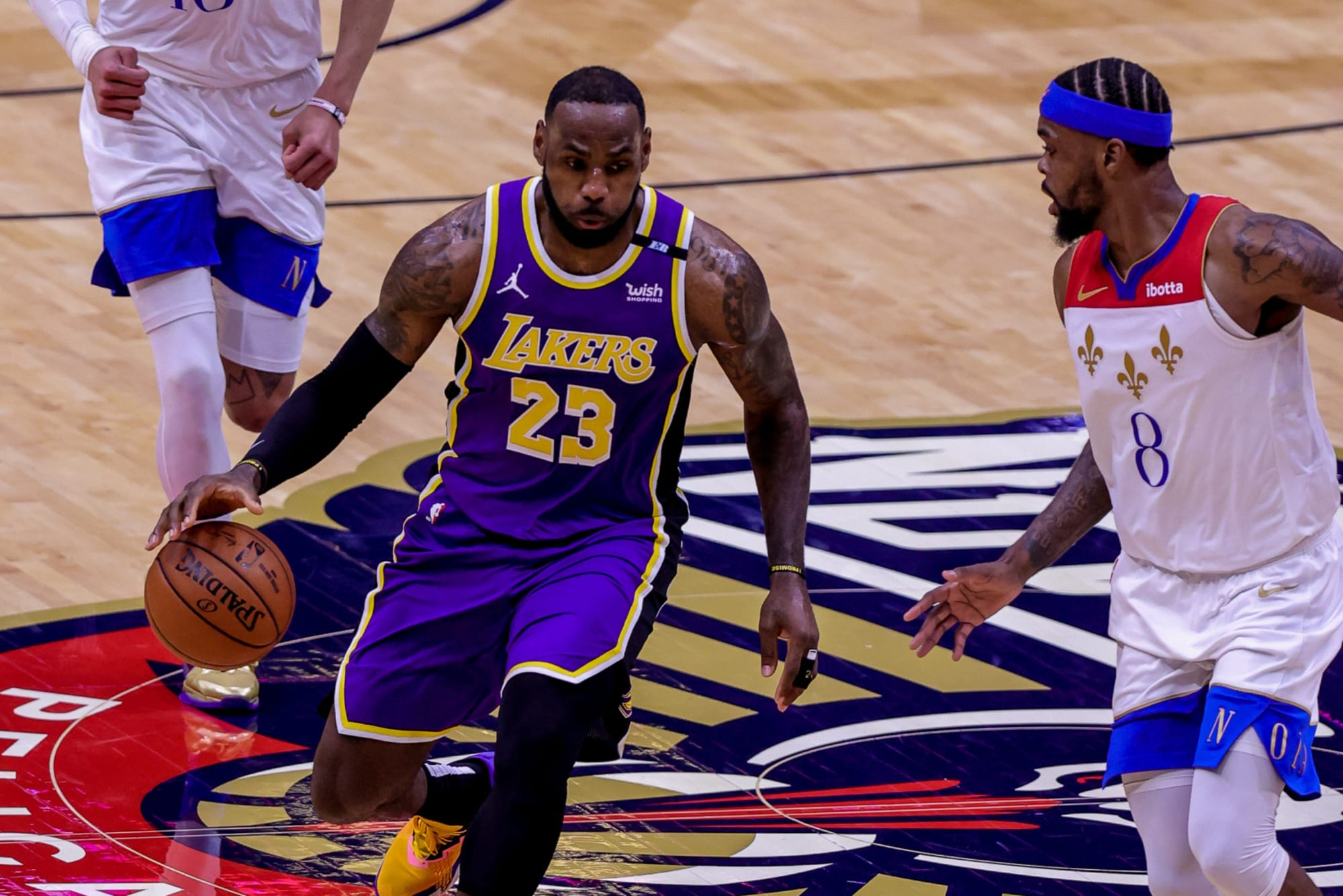 LeBron James leaves regular-season finale after rolling ankle (Video)