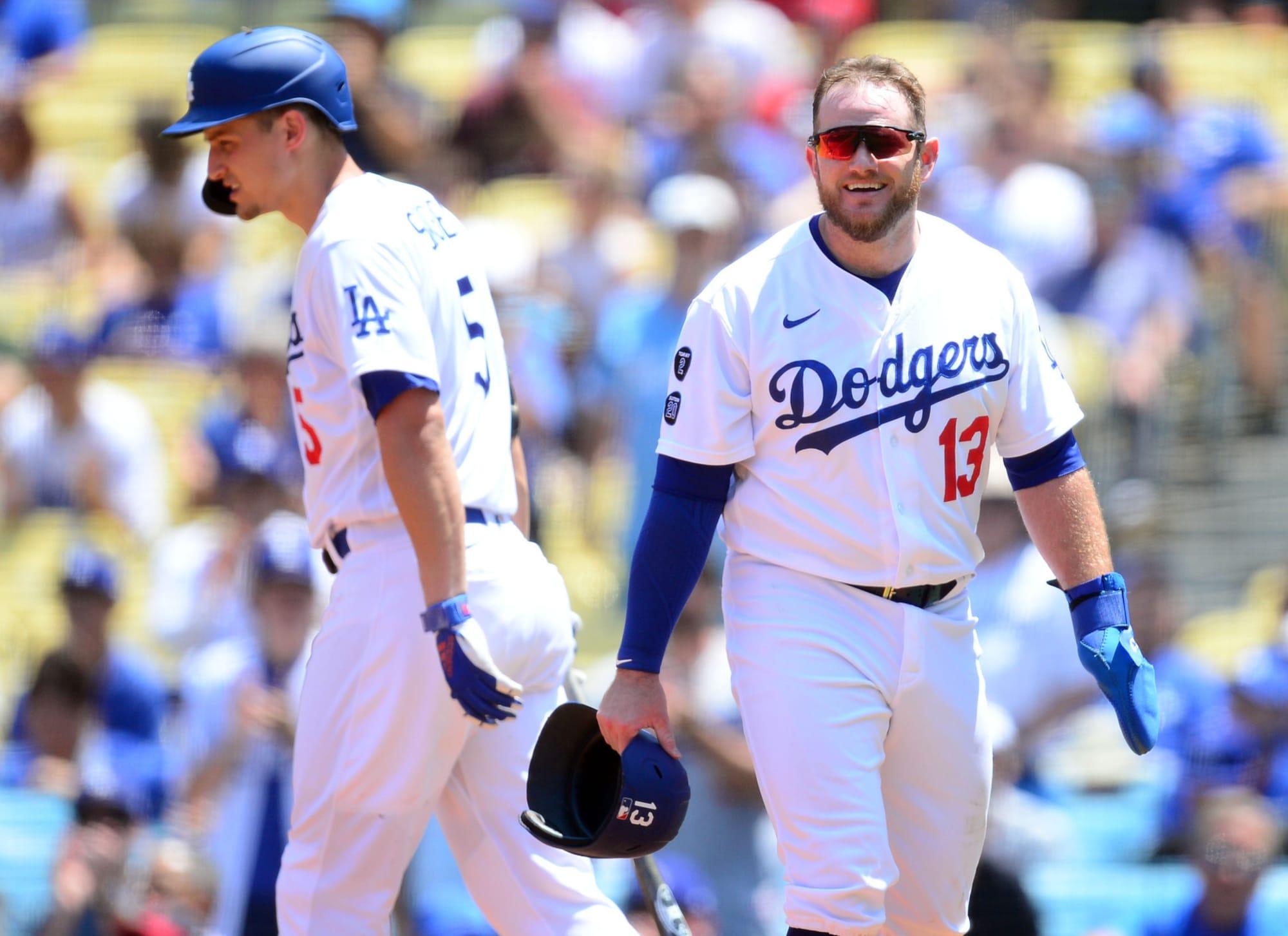 La chica de los Dodgers destruye a un fan entrometido por correr en el campo (Video)