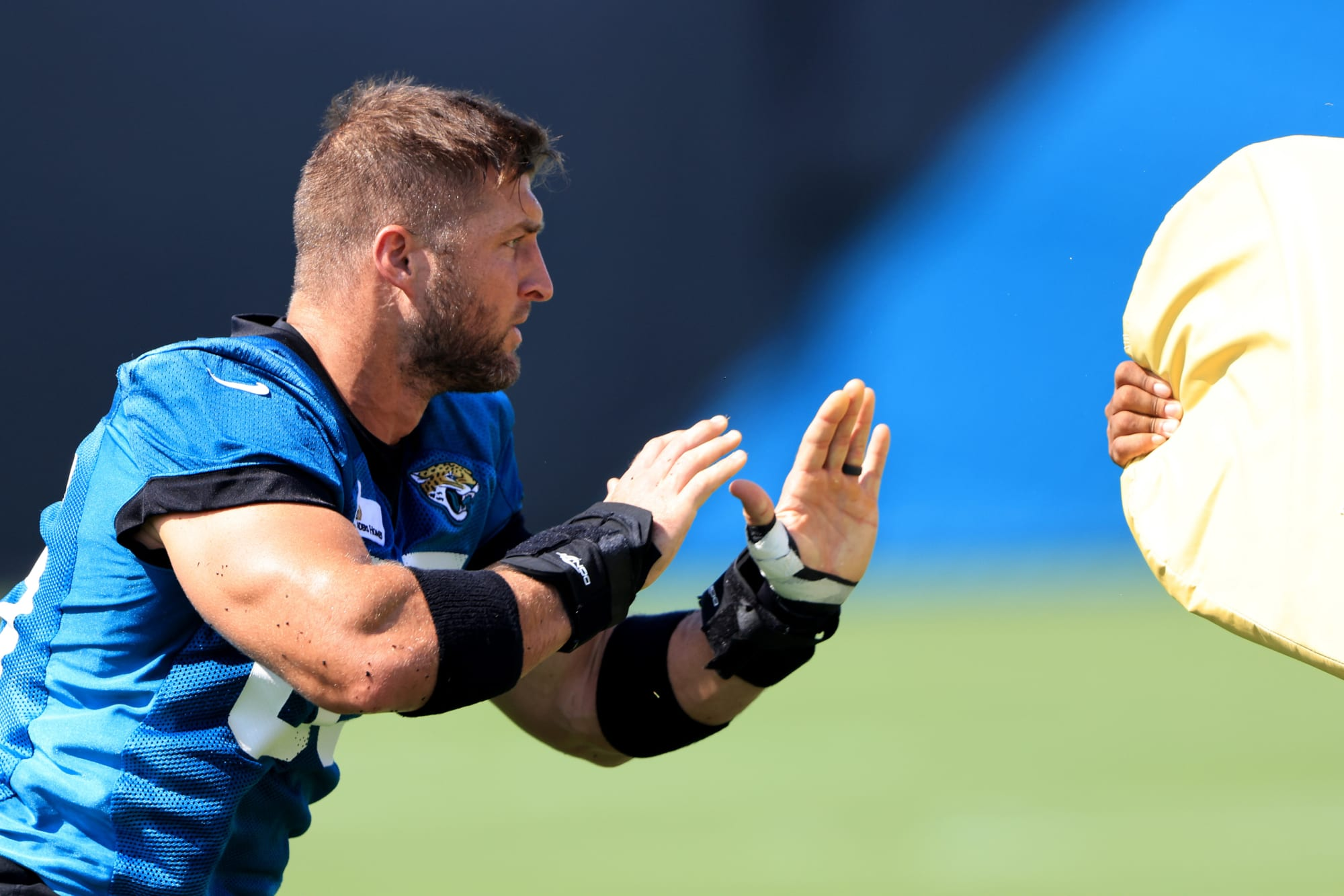 Former Texas football HC Charlie Strong lauds Tim Tebow in camp