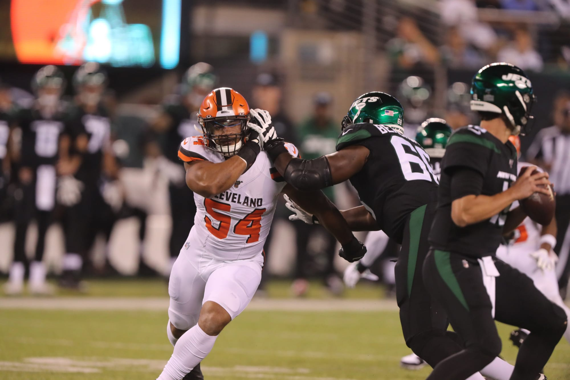 Cleveland Browns have no plans to release Olivier Vernon, yet