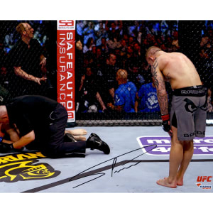 Ross Pearson Ultimate Fighting Championship Fanatics Authentic Autographed 8'' x 10'' Bowing Photograph
