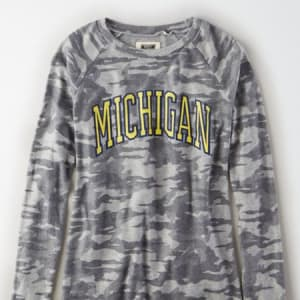 Tailgate Women's Michigan Wolverines Plush Camo Shirt Camo Green L