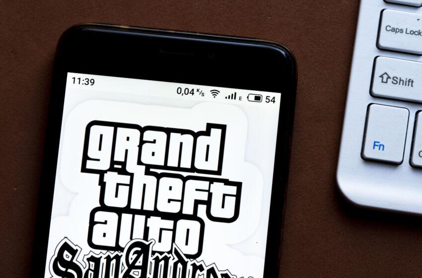 Ucrania - 23/10/2020: en esta ilustración fotográfica, el logotipo del videojuego Grand Theft Auto se muestra en un teléfono inteligente.  (Ilustración de imagen de Igor Golovniov / SOPA Images / LightRocket a través de Getty Images)