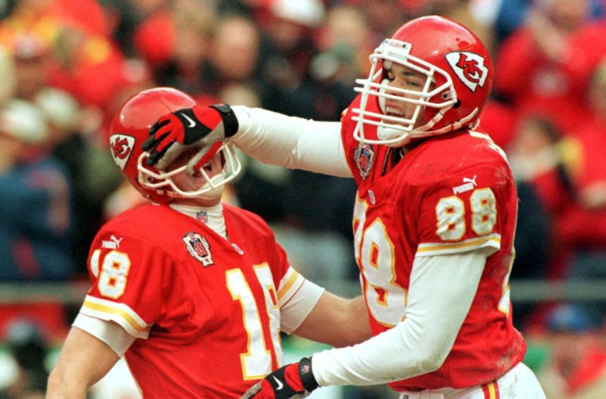KANSAS CITY, : Kansas City Chiefs tight end Tony Gonzalez (R) celebrates with quarterback Elvis Grbac after Gonzalez caught a 15-yard Grbac pass for a touchdown during the first quarter against the Pittsburgh Steelers 18 December, 1999 at Arrowhead Stadium in Kansas City. AFP PHOTO Dave KAUP (Photo credit should read DAVE KAUP/AFP via Getty Images)