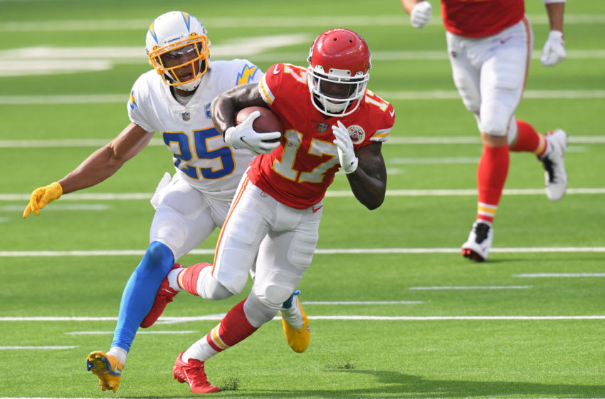 INGLEWOOD, CALIFORNIA - SEPTEMBER 20: Wide receiver Mecole Hardman #17 of the Kansas City Chiefs rushes past cornerback Chris Harris #25 of the Los Angeles Chargers during the fourth quarter at SoFi Stadium on September 20, 2020 in Inglewood, California. (Photo by Harry How/Getty Images)