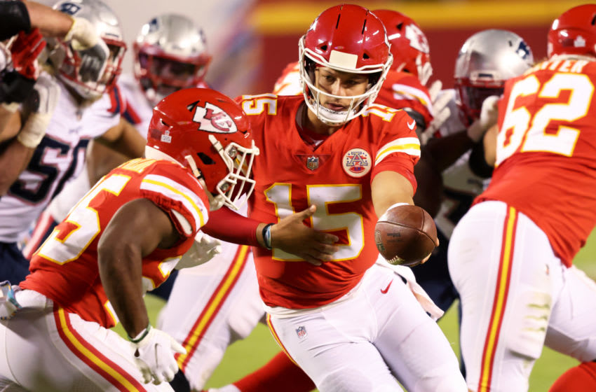 KANSAS CITY, MISSOURI - OCTOBER 05: Patrick Mahomes #15 of the Kansas City Chiefs hands the ball off to Clyde Edwards-Helaire #25 during the second half against the New England Patriots at Arrowhead Stadium on October 05, 2020 in Kansas City, Missouri. (Photo by Jamie Squire/Getty Images)