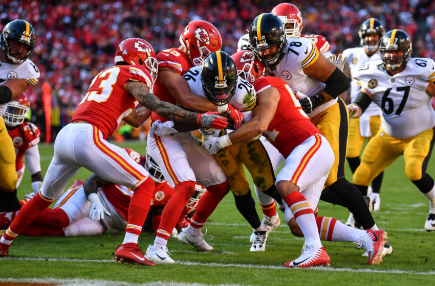 KANSAS CITY, MO - OCTOBER 15: Running back Le'Veon Bell #26 of the Pittsburgh Steelers pushes his way in to the end zone through the tackle attempts of several Kansas City Chiefs defenders at Arrowhead Stadium on October 15, 2017 in Kansas City, Missouri. ( Photo by Peter Aiken/Getty Images )