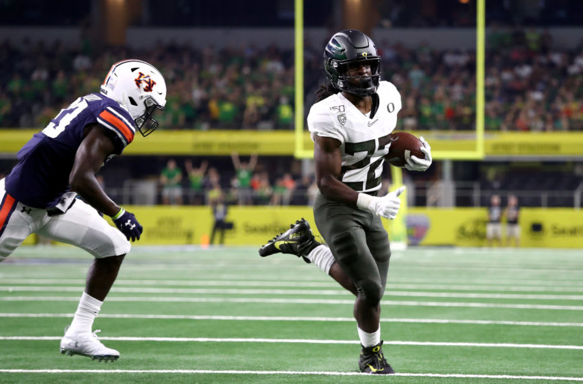 ARLINGTON, TEXAS - AUGUST 31: Darrian Felix #22 of the Oregon Ducks runs for a touchdown against the Auburn Tigers in the third quarter during the Advocare Classic at AT&T Stadium on August 31, 2019 in Arlington, Texas. (Photo by Ronald Martinez/Getty Images)