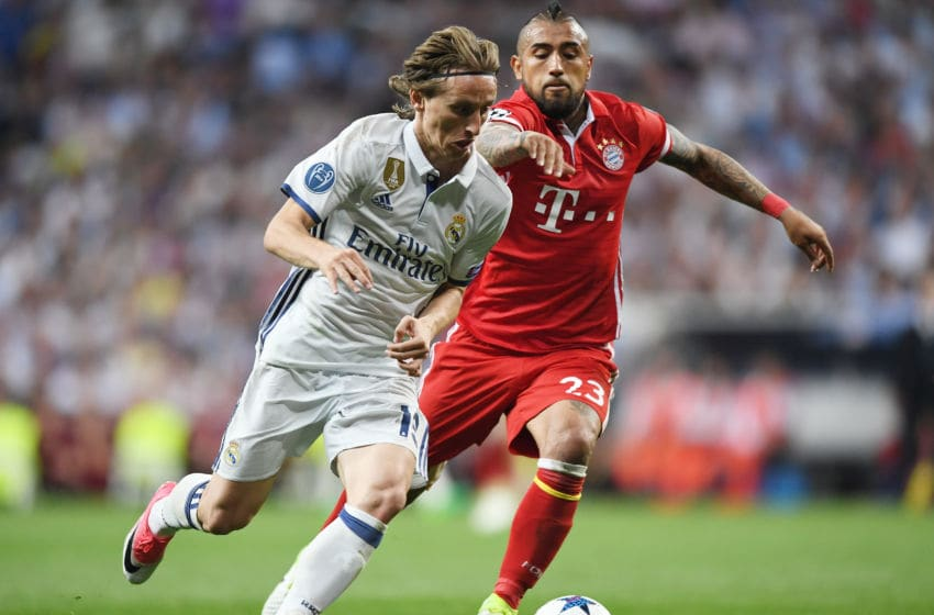 MADRID, SPAIN - APRIL 18: Luka Modric of Real Madrid holds off Arturo Vidal of Bayern Muenchen during the UEFA Champions League Quarter Final second leg match between Real Madrid CF and FC Bayern Muenchen at Estadio Santiago Bernabeu on April 18, 2017 in Madrid, Spain. (Photo by Shaun Botterill/Getty Images)