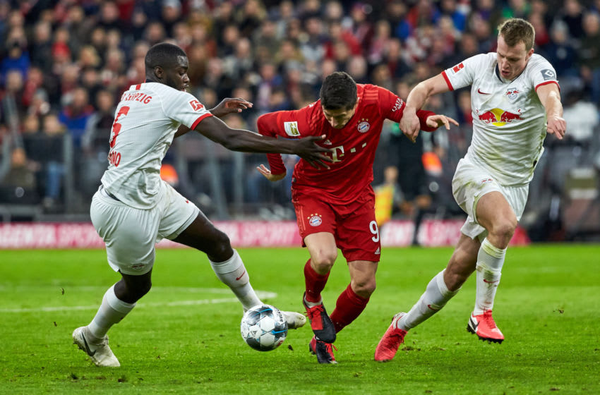 MUNICH, GERMANY - FEBRUARY 09: (BILD ZEITUNG OUT) Dayot Upamecanoof RB Leipzig, Robert Lewandowski of FC Bayern Muenchen and Lukas Klostermann of RB Leipzig controls the ball during the Bundesliga match between FC Bayern Muenchen and RB Leipzig at Allianz Arena on February 9, 2020 in Munich, Germany. (Photo by TF-Images/Getty Images)