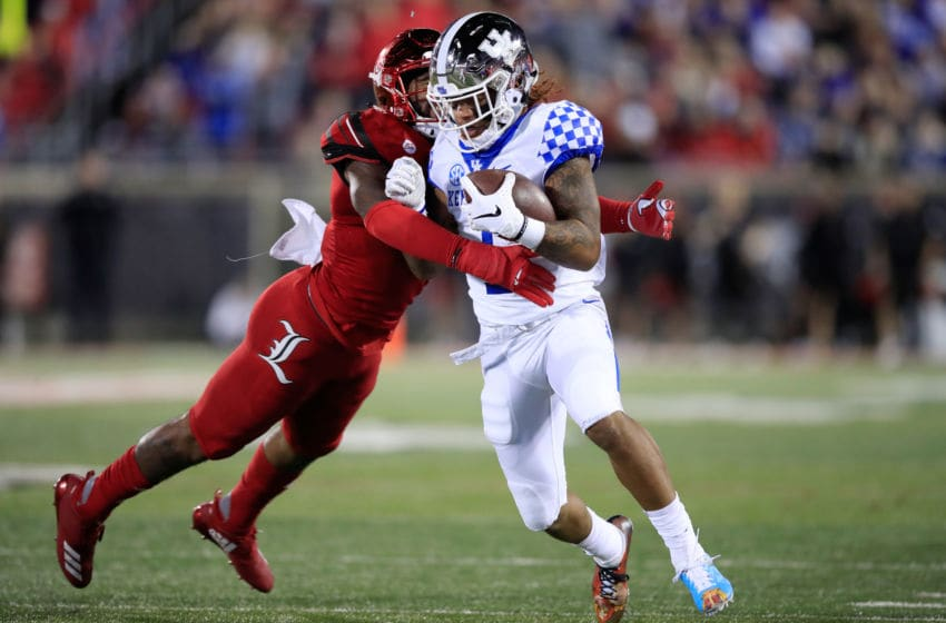 LOUISVILLE, KY - NOVEMBER 24: Lynn Bowden Jr #1 of the Kentucky Wildcats runs with the ball while defended by C.J. Avery #9 of the Louisville Cardinals on November 24, 2018 in Louisville, Kentucky. (Photo by Andy Lyons/Getty Images)