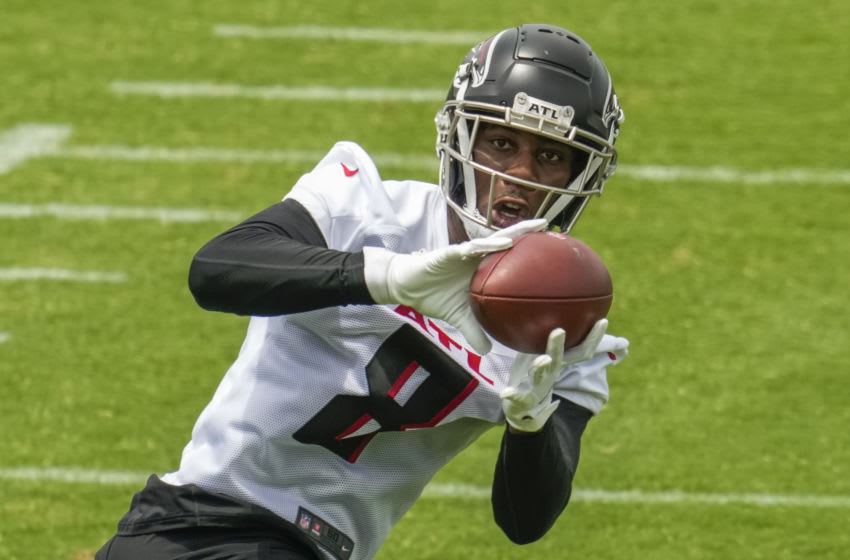 Jun 9, 2021; Flowery Branch, Georgia, USA; Atlanta Falcons tight end Kyle Pitts (8) catches a pass during mandatory minicamp at the Atlanta Falcons Training Complex. Mandatory Credit: Dale Zanine-USA TODAY Sports