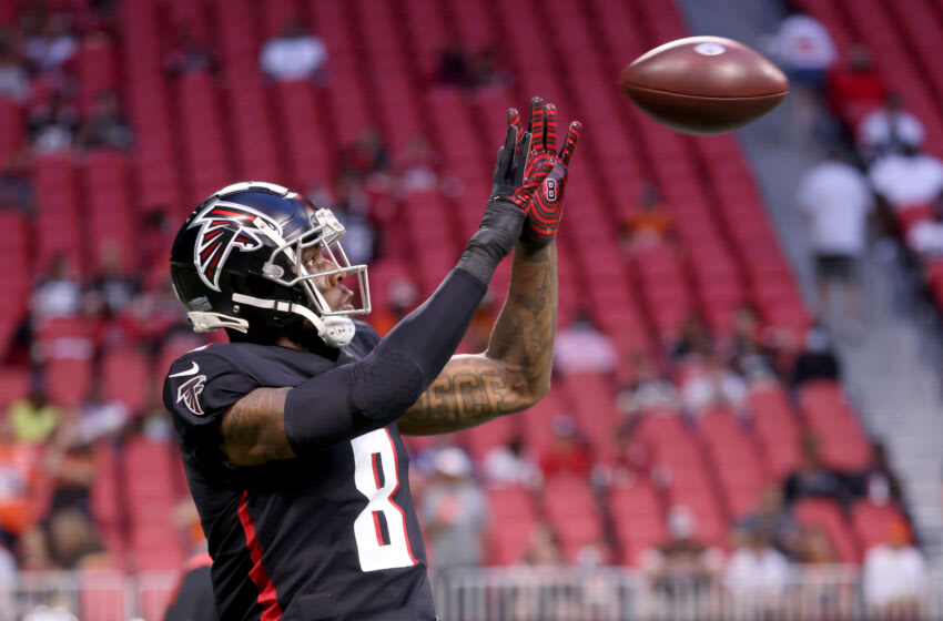 Aug 29, 2021; Atlanta, Georgia, USA; Atlanta Falcons tight end Kyle Pitts (8) catches a pass during warmups before their game against the Cleveland Browns at Mercedes-Benz Stadium. Mandatory Credit: Jason Getz-USA TODAY Sports