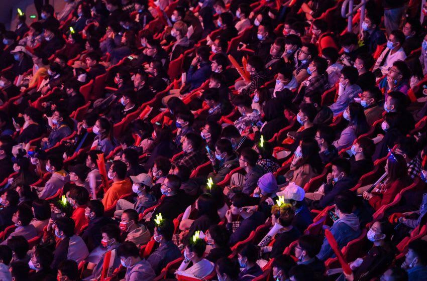 Los fanáticos ven la final del Campeonato Mundial de Videojuegos de League of Legends entre el equipo Suning de China y el equipo Damwon de Corea del Sur en el estadio de fútbol SAIC Pudong en Shanghai el 31 de octubre de 2020.  (Foto de Hector RETAMAL / AFP) (Foto de HECTOR RETAMAL / AFP a través de Getty Images)