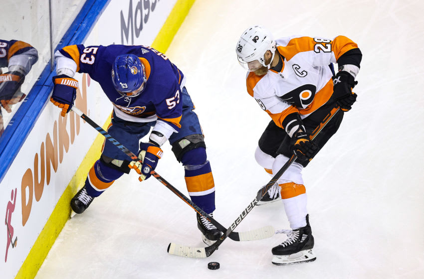 Claude Giroux, Philadelphia Flyers and Casey Cizikas, New York Islanders (Photo by Elsa/Getty Images)