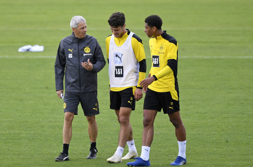 DORTMUND, GERMANY - AUGUST 25: (BILD ZEITUNG OUT) head coach Lucien Favre of Borussia Dortmund, Giovanni Reyna of Borussia Dortmund and Jude Bellingham of Borussia Dortmund speak during the Borussia Dortmund Training Session on August 25, 2020 in Dortmund, Germany. (Photo by Ralf Treese/DeFodi Images via Getty Images)