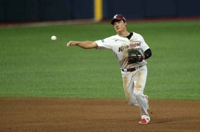 SEOUL, SOUTH KOREA - AUGUST 23: Outfielder Kim Ha-Seong #7 of Kiwoom Heroes throws to the first base in the top of the fifth inning during the KBO League game between KIA Tigers and Kiwoom Heroes at the Gocheok Skydome on August 23, 2020 in Seoul, South Korea. (Photo by Han Myung-Gu/Getty Images)