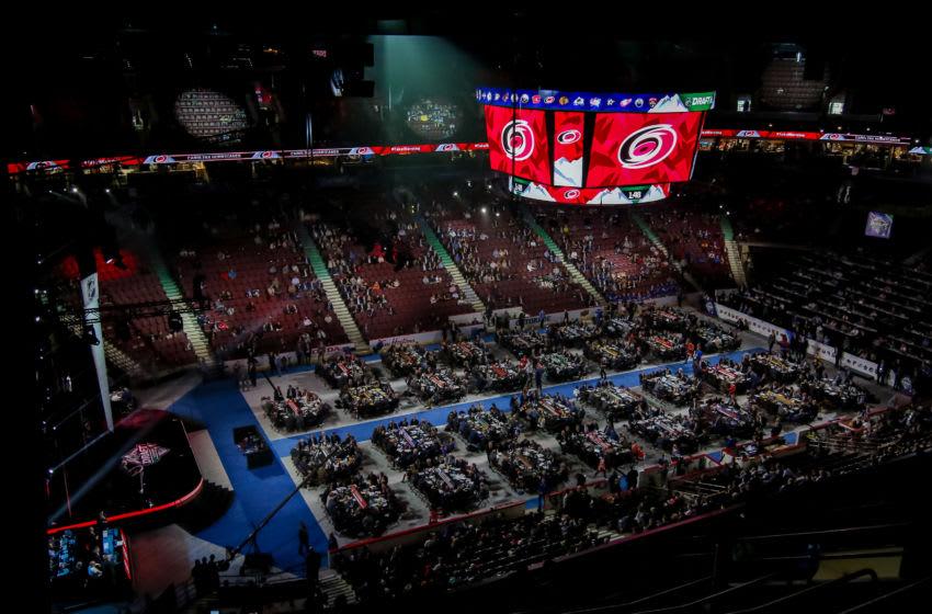 draft floor sebelum pemilihan Carolina Hurricanes (Foto oleh Jonathan Kozub / NHLI via Getty Images)