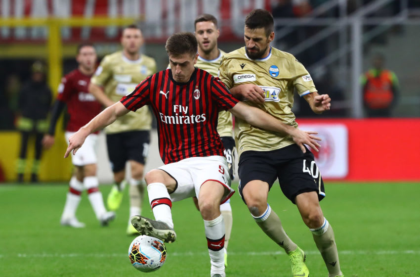 MILAN, ITALY - OCTOBER 31: Krzysztof Piatek of AC Milan competes for the ball with Nenad Tomovic of Spal during the Serie A match between AC Milan and SPAL at Stadio Giuseppe Meazza on October 31, 2019 in Milan, Italy. (Photo by Marco Luzzani/Getty Images)