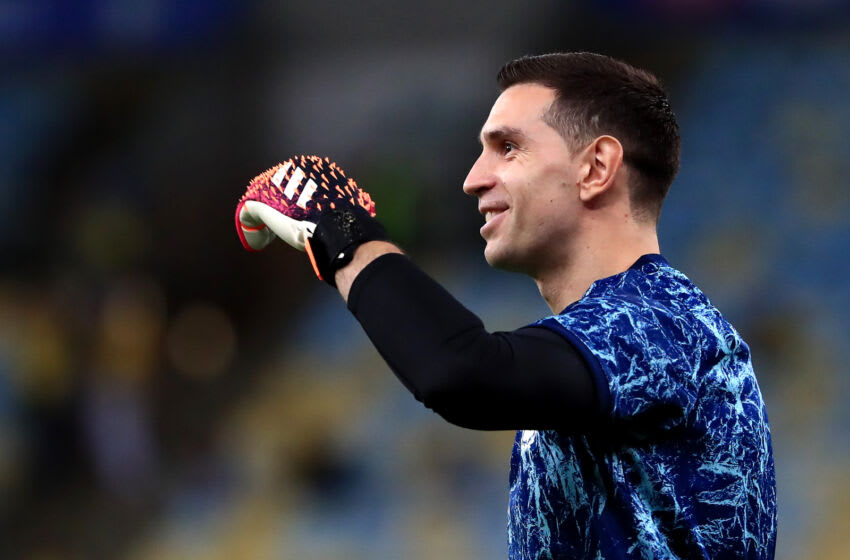 RIO DE JANEIRO, BRAZIL - JULY 10: Emiliano Martinez of Argentina waves prior to the final of Copa America Brazil 2021 between Brazil and Argentina at Maracana Stadium on July 10, 2021 in Rio de Janeiro, Brazil. (Photo by Buda Mendes/Getty Images)