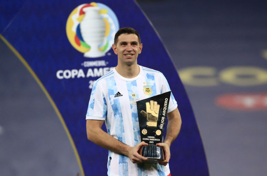RIO DE JANEIRO, BRAZIL - JULY 10: Emiliano Martinez of Argentina smiles with the best goalkeeper award after winning the final of Copa America Brazil 2021 between Brazil and Argentina at Maracana Stadium on July 10, 2021 in Rio de Janeiro, Brazil. (Photo by Buda Mendes/Getty Images)