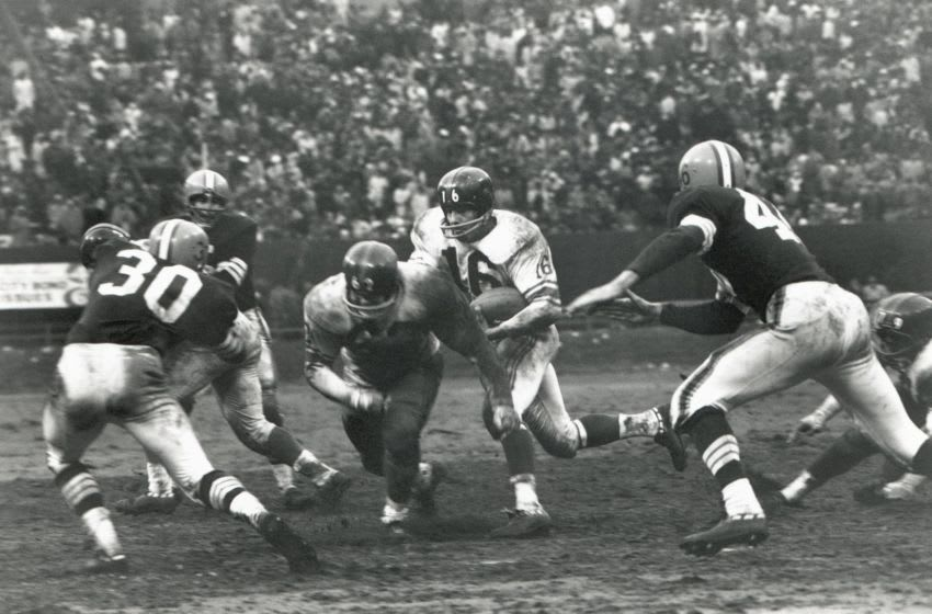 CLEVELAND - NOVEMBER 6: Frank Gifford #16 of the New York Giants follows the block of Darrell Dess #62 against Bernie Parrish #30 and Don Fleming #46 of the Cleveland Browns during the game at Cleveland Stadium on November 6, 1960 in Cleveland, Ohio. (Photo by Robert Riger/Getty Images)