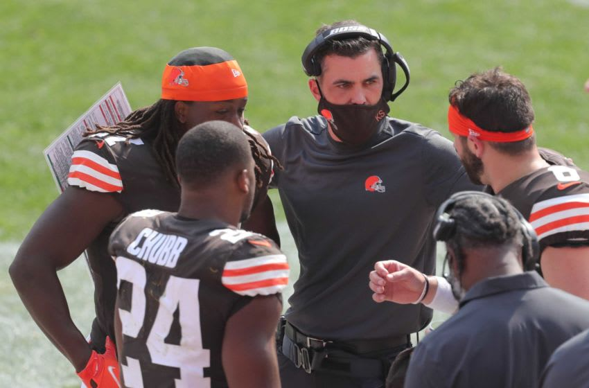 Browns coach Kevin Stefanski talks with Nick Chubb, left, Kareem Hunt, and Baker Mayfield during a game against Washington on Sunday, Sept. 27, 2020 in Cleveland, Ohio at FirstEnergy Stadium. The Browns won the game 34-20. [Phil Masturzo/Beacon Journal] Browns16 2