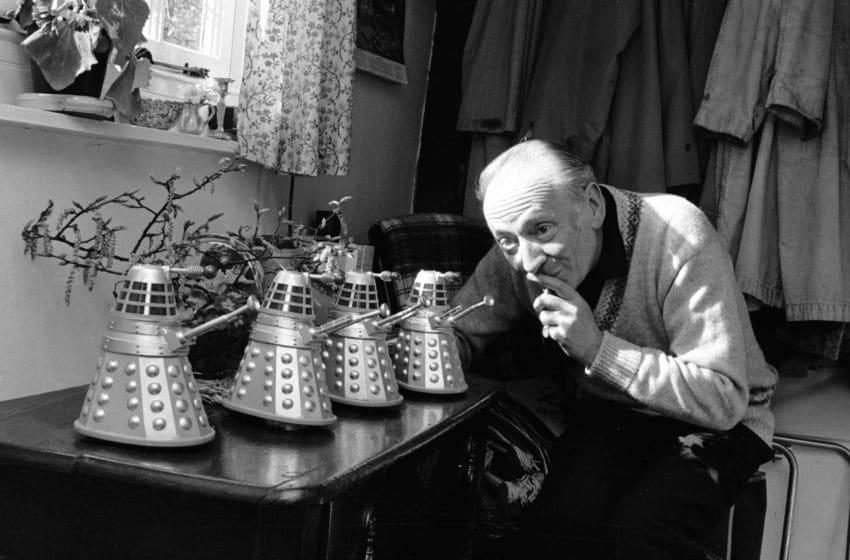 Hatnell gioca con i modellini dei Daleks