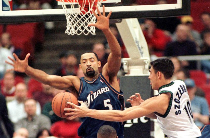 Minnesota Timberwolves' Wally Szczerbiak passes around Juwan Howard of the Washington Wizards, a what-could-have-been Wolves draft selection. (Photo by CRAIG LASSIG/AFP via Getty Images)