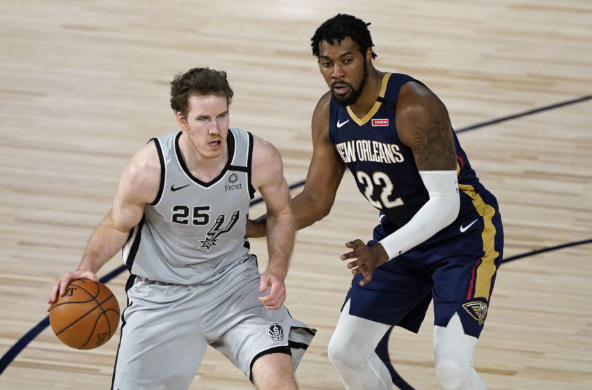 LAKE BUENA VISTA, FLORIDA - AUGUST 09: Jakob Poeltl #25 of the San Antonio Spurs makes a move to get past Derrick Favors #22 of the New Orleans Pelicans during the first half at HP Field House at ESPN Wide World Of Sports Complex on August 9, 2020 in Lake Buena Vista, Florida. NOTE TO USER: User expressly acknowledges and agrees that, by downloading and or using this photograph, User is consenting to the terms and conditions of the Getty Images License Agreement. (Photo by Ashley Landis - Pool/Getty Images)