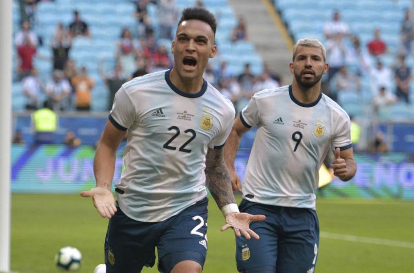 Argentina's Lautaro Martinez (L) is followed by teammate Sergio Aguero (Photo credit should read CARL DE SOUZA/AFP via Getty Images)
