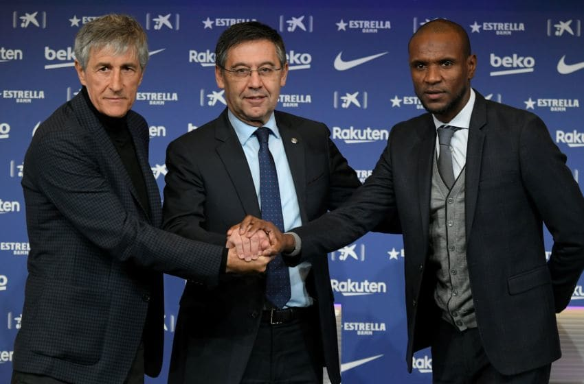 Barcelona's new coach Quique Setien (L) poses with Barcelona's president Josep Maria Bartomeu (C) and football director Eric Abidal (R) (Photo by LLUIS GENE/AFP via Getty Images)