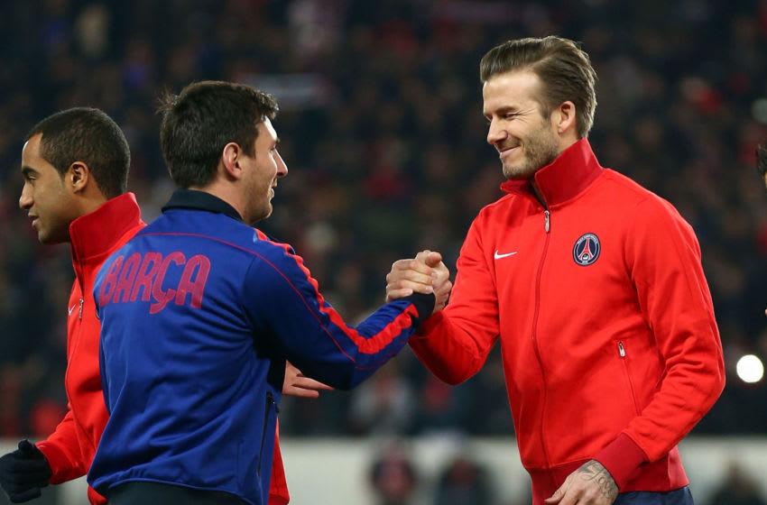 David Beckham (R) del PSG se da la mano con Lionel Messi de Barcelona.  (Foto de Clive Rose / Getty Images)