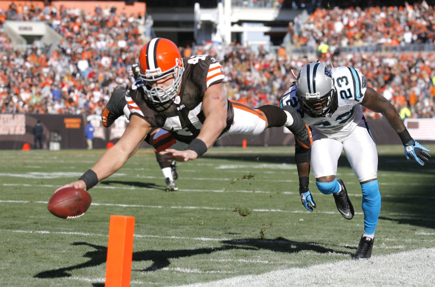 CLEVELAND - NOVEMBER 28: Running back Peyton Hillis #40 of the Cleveland Browns scores a touchdown in front of safety Sherrod Martin #23 of the Carolina Panthers at Cleveland Browns Stadium on November 28, 2010 in Cleveland, Ohio. (Photo by Matt Sullivan/Getty Images)
