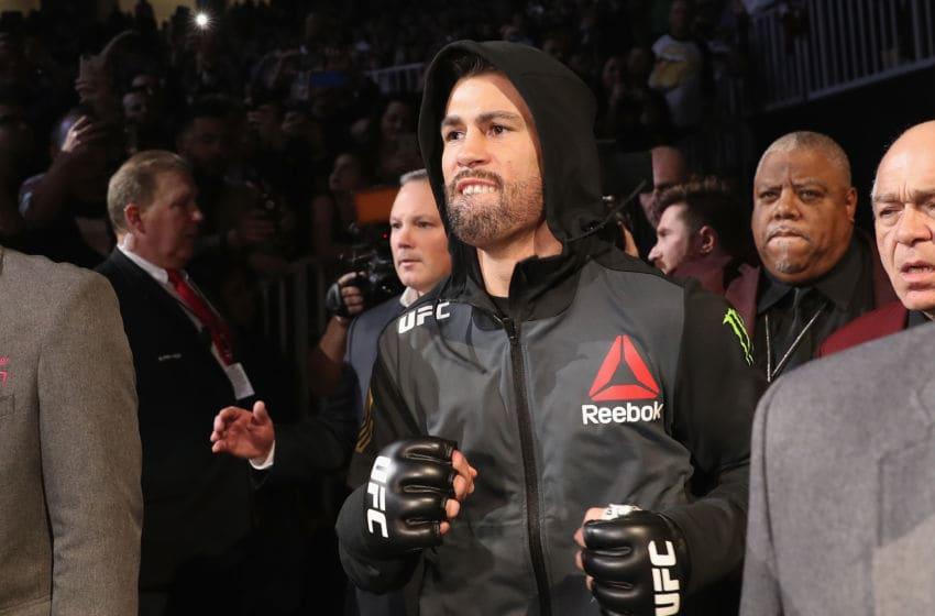LAS VEGAS, NV - 30 DÉCEMBRE: Dominick Cruz se dirige vers l'Octogone pour affronter Cody Garbrandt dans leur combat de championnat des poids coq UFC lors de l'événement UFC 207 le 30 décembre 2016 à Las Vegas, Nevada. (Photo par Christian Petersen / Getty Images)