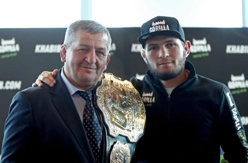 Champion léger de l'UFC Khabib Nurmagomedov (L) avec son père et entraîneur Abdulmanap Nurmagomedov (Photo de Valery SharifulinTASS via Getty Images)